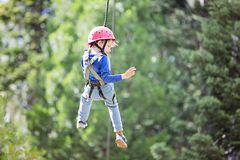 Criança no parque da aventura imagem de stock royalty free