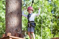 Criança no parque da aventura fotografia de stock royalty free
