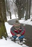 Criança no parque do inverno imagens de stock