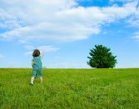 Criança no prado imagens de stock