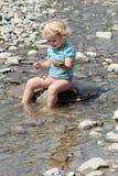 Criança no rio fotos de stock