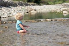 Criança no rio imagem de stock