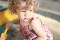 Criança no sandpit Fotos de Stock Royalty Free
