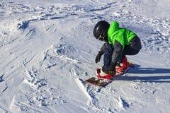 Criança no snowboard na natureza do por do sol do inverno Foto do esporte com para editar o espaço fotos de stock