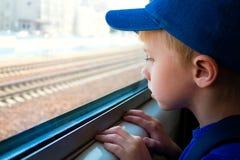 Criança no trem fotografia de stock