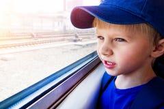 Criança no trem fotos de stock royalty free