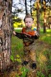 Criança no uniforme militar contra o fundo da natureza Foto de Stock