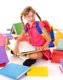Criança nos eyeglasses que lê a pilha dos livros. Fotografia de Stock Royalty Free