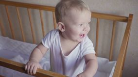 A criança nos olhares da ucha ao redor fala, salta e sorri video estoque