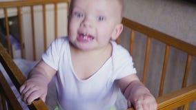 A criança nos olhares da ucha ao redor fala, salta e sorri vídeos de arquivo