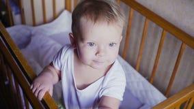 A criança nos olhares da ucha ao redor fala, salta e sorri filme