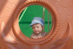 Criança nova bonito do menino no parque foto de stock
