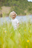 Criança nova na grama alta foto de stock royalty free