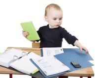 Criança nova na mesa de escrita Fotos de Stock Royalty Free