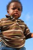 Criança nova no céu azul fotografia de stock royalty free