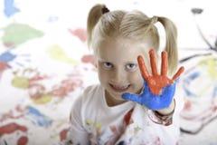 A criança nova tem a sessão da pintura Fotografia de Stock