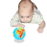 A criança olha o globo. Conceito. fotografia de stock