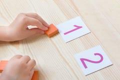 A criança põe os cubos aos digitsframes Fotografia de Stock