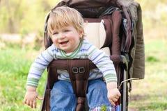 Criança para uma caminhada Fotografia de Stock Royalty Free