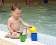 Criança pela piscina Foto de Stock