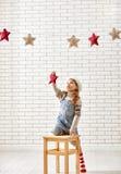 A criança pendura as estrelas Foto de Stock