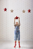 A criança pendura as estrelas Imagem de Stock