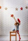 A criança pendura as estrelas Fotos de Stock
