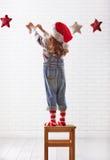 A criança pendura as estrelas Fotografia de Stock