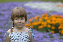 Criança pensativa no jardim Fotos de Stock