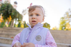 Criança pensativa no parque Fotografia de Stock