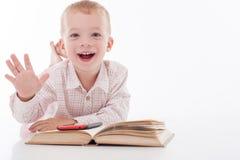 A criança pequena alegre está escolhendo o equipamento novo fotos de stock royalty free