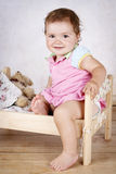 Criança pequena bonita que tem o divertimento na cama pequena Imagens de Stock