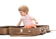 Criança pequena bonito dentro de uma mala de viagem grande Fotografia de Stock Royalty Free
