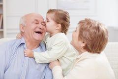A criança pequena bonito está expressando o amor a Foto de Stock