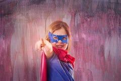 A criança pequena bonito está vestindo um vestido de fantasia do super-herói fotos de stock royalty free