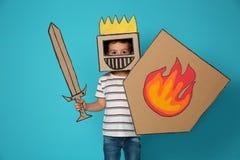 Criança pequena bonito na armadura do cartão fotografia de stock royalty free