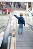Criança pequena bonito na posição do shopping Foto de Stock Royalty Free
