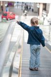 Criança pequena bonito na posição do shopping Fotografia de Stock