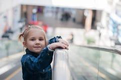 Criança pequena bonito na posição do shopping Imagens de Stock Royalty Free