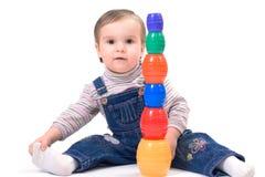Criança pequena bonito que joga com brinquedos Imagem de Stock Royalty Free