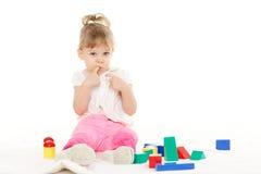 Criança pequena com brinquedos educacionais. Fotografia de Stock