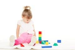 Criança pequena com brinquedos educacionais. Imagens de Stock