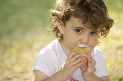 Criança pequena com gelado Fotografia de Stock Royalty Free