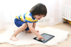Criança pequena com tablet pc Fotos de Stock