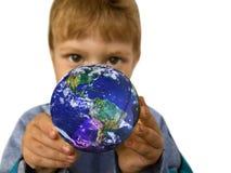 Criança pequena com um globo imagens de stock