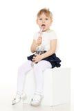 A criança pequena come o iogurte Fotos de Stock Royalty Free