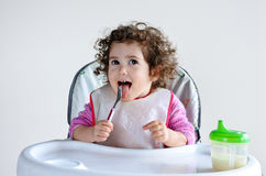 A criança pequena da criança espera o tempo da refeição Imagem de Stock