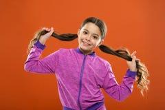 criança pequena da menina Cabeleireiro para crianças O dia das crianças Retrato da criança pequena feliz Forma e sportswear da cr foto de stock