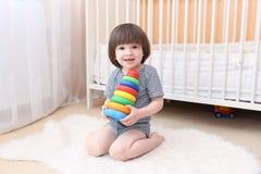 Criança pequena de sorriso feliz com brinquedo Imagem de Stock Royalty Free