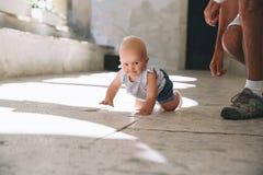 Criança pequena do bebê fora em uma cidade europeia Foto de Stock Royalty Free